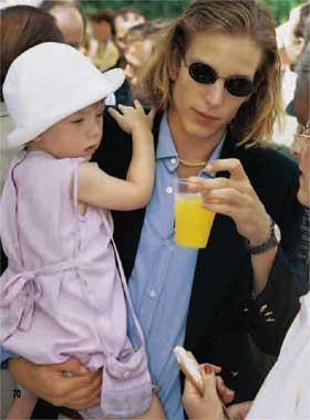 Andrea Casiraghi especialmente atento con su abuelo, el principe Raniero