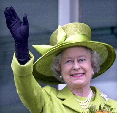 La reina Isabel II abandona el hospital tras una doble operación