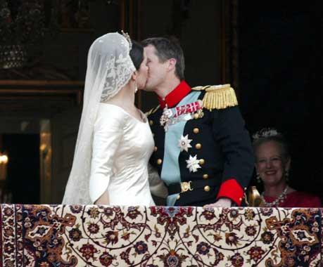 El primer beso en público del príncipe Federico y la princesa Mary