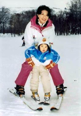 Felices jornadas en la nieve de los Príncipes Naruhito y Masako con su hija Aiko