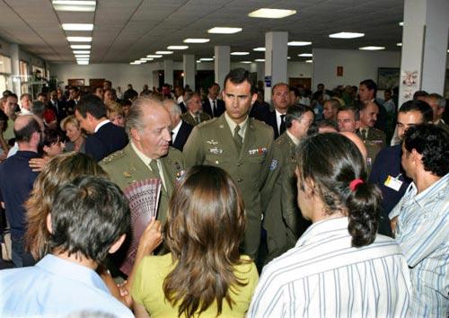 El Rey y el Príncipe reciben los cuerpos de los 17 militares españoles fallecidos en Afganistán