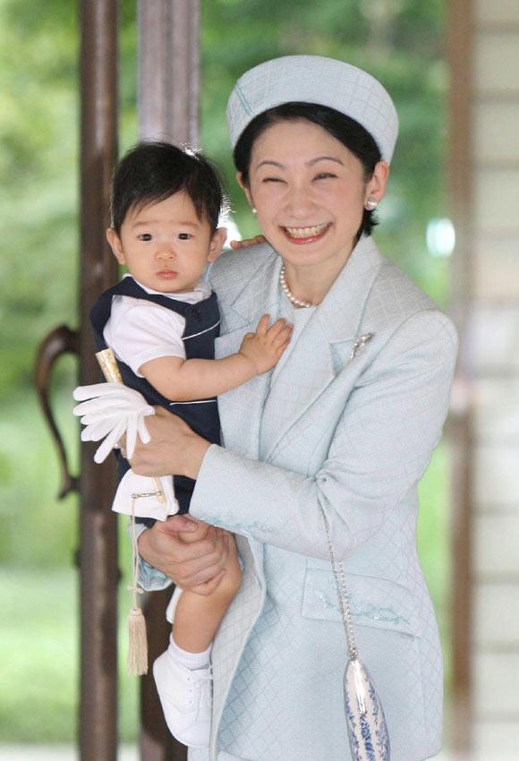 """Hisahito : el pequeño """"emperador"""" posa en palacio con su familia"""