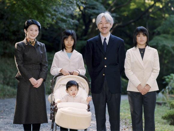 Retrato oficial en Japón con motivo del 42º cumpleaños del príncipe Akishino