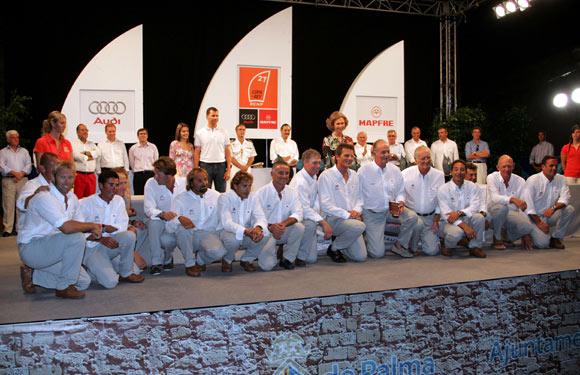 Don Juan Carlos recibe el premio de subcampeón de la Copa del Rey de Vela de manos de su esposa, doña Sofía
