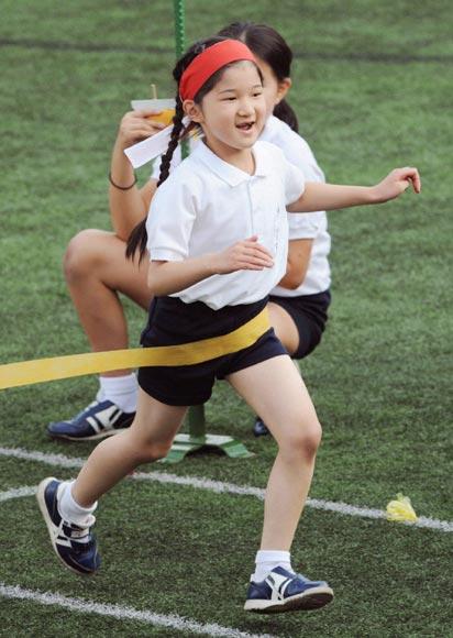 La princesa Aiko muestra lo rápido que corre a su orgullosa mamá