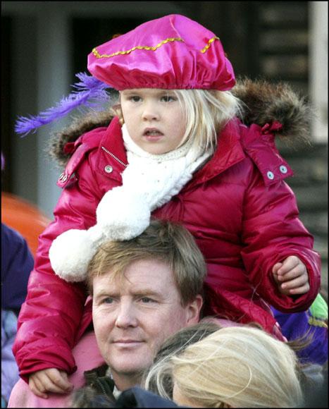 Los Príncipes Herederos de Holanda y sus hijas dan la bienvenida al mágico paje de San Nicolás