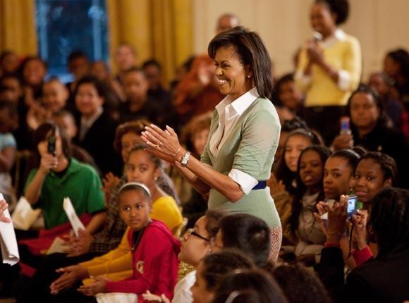 Malia y Sacha Obama reciben en la Casa Blanca a un grupo de escolares
