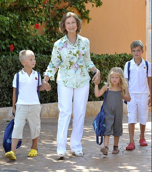 La Reina Sofía lleva al delfinarium a sus nietos