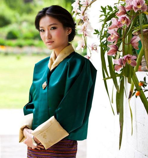 Poco se sabe de Jetsun Pema, la joven que ha robado el corazón del rey de Bután, una bella estudiante universitaria diez años menor que él que lleva meses acompañándole en sus diferentes viajes
