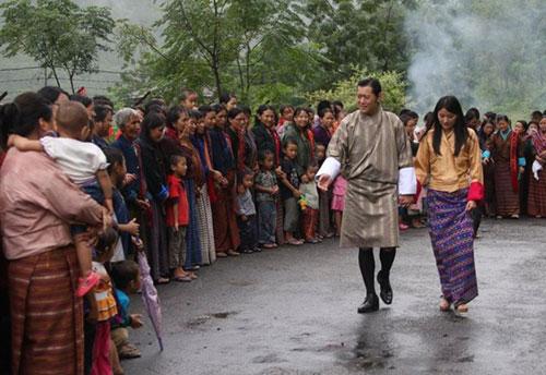 El pasado 17 de septiembre, el monarca del país himalayo y su prometidoa recibieron las felicitaciones por su próximo matrimonio del pueblo de Gyalposhing, en Mongar
