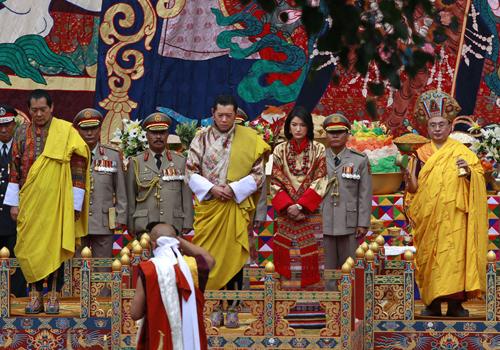 Jigme Singye Wangchuck (izquierda), padre del actual rey de Bután, Jigme Khesar Wangchuk (centro)
