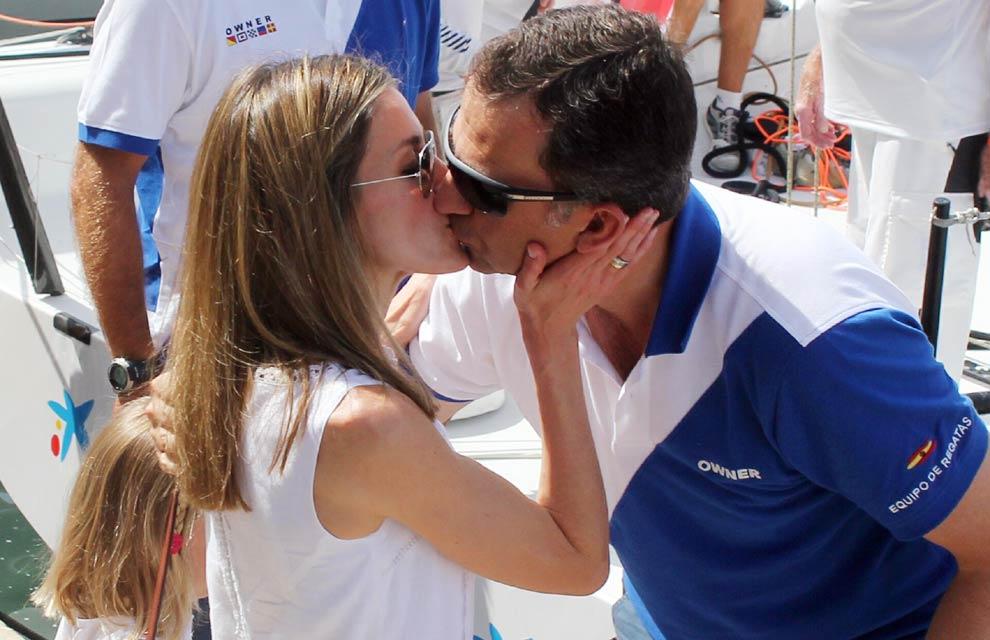 Las imágenes más románticas de la realeza: miradas, sonrisas, abrazos, susurros al oído y muchos besos