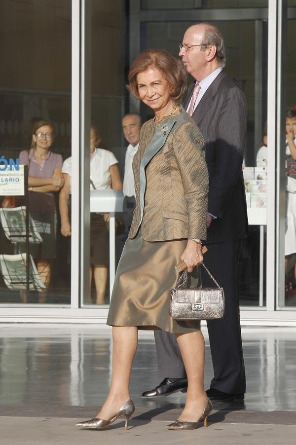 La Reina dice que el Rey está dando pasos, muy animado y sin dolores en su última visita al hospital
