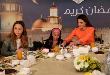 Rania e Imán de Jordania se vuelcan con los niños huérfanos