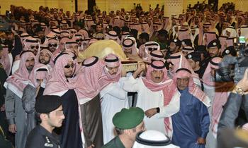 Familiares y autoridades saudíes se despiden del rey Abdalá en un entierro sencillo y tradicional