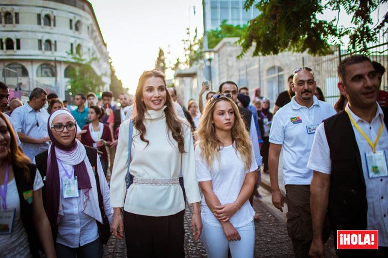 La reina Rania muestra con orgullo a su guapa hija, la princesa Imán