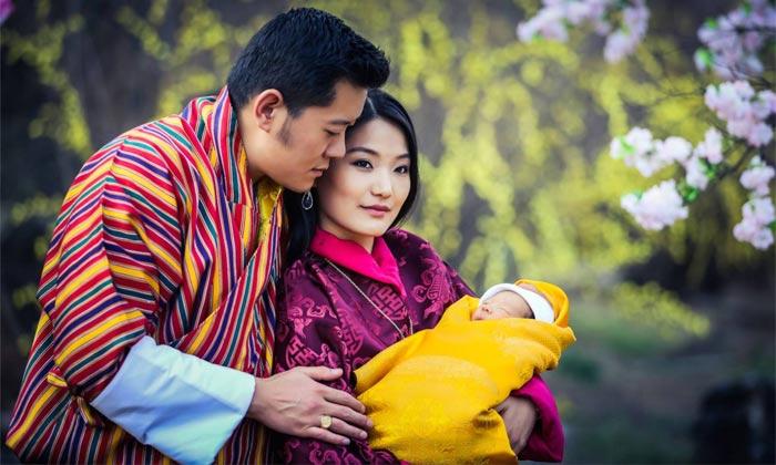 Los Reyes de Bután muestran por primera vez la carita de su hijo