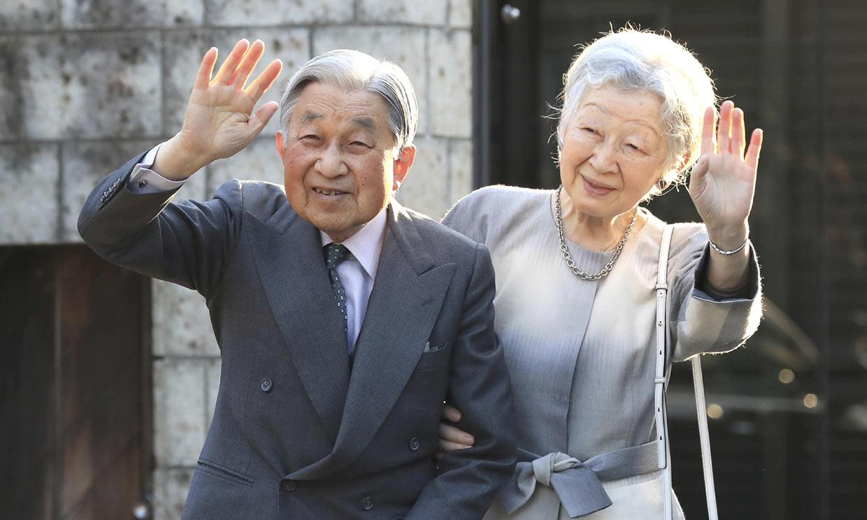 Los emperadores de Japón visitan los jardines en los que creció Michiko días antes de la abdicación