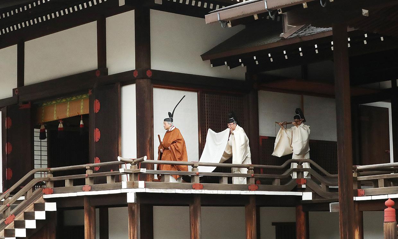 El emperador Akihito participa en un ritual sintoísta previo a su abdicación