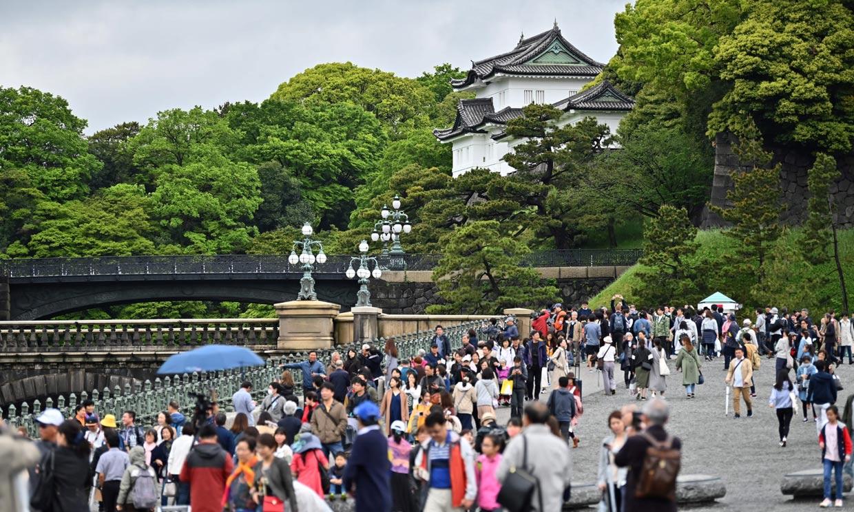 FOTOGALERÍA: los japoneses se echan a las calles para vivir un día insólito en su monarquía