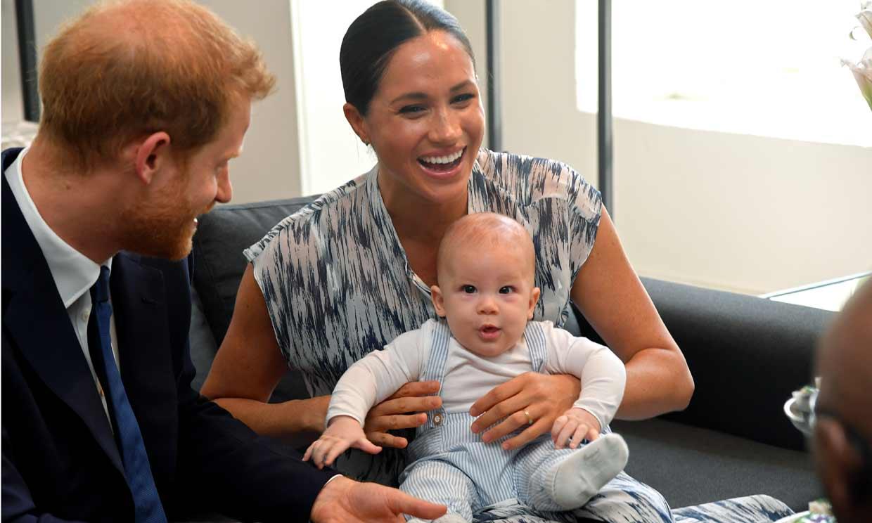 Un risueño Archie asiste a su primer acto oficial con sus padres los duques de Sussex