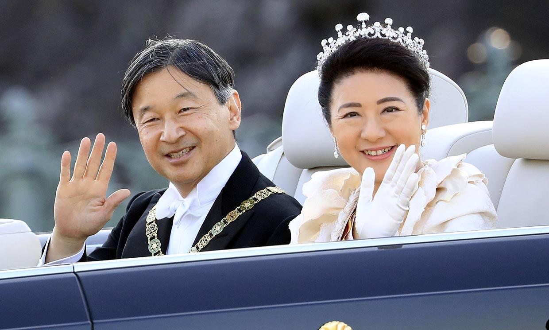 Música y mucha emoción en el desfile de los emperadores Naruhito y Masako de Japón
