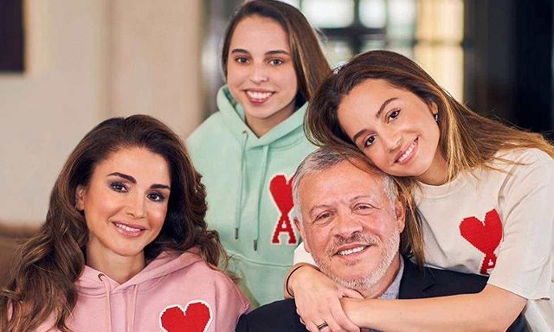 Rania de Jordania presume de hijas con una simbólica felicitación