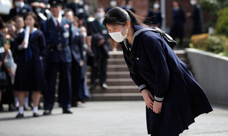 Con mascarilla y sin sus padres: la atípica ceremonia de graduación de Aiko de Japón