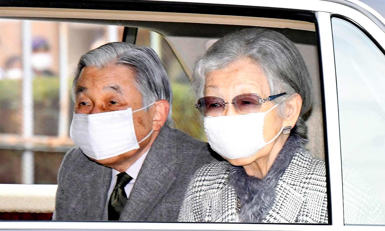 Akihito y Michiko de Japón abandonan con mascarilla el que ha sido su hogar durante 26 años
