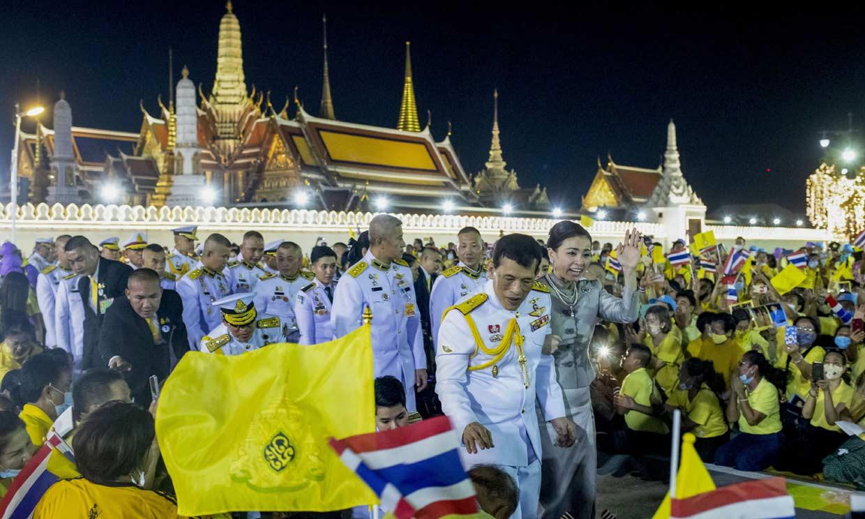 El espectacular baño de multitudes del rey de Tailandia con su mujer, la reina Suthida, y sus dos hijas