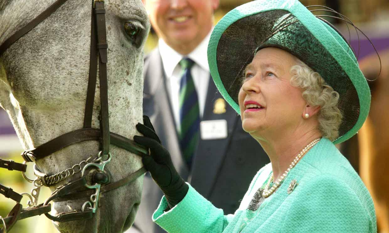 Isabel II vuelve a montar a caballo a sus 94 años, tras celebrar su 73º aniversario de boda