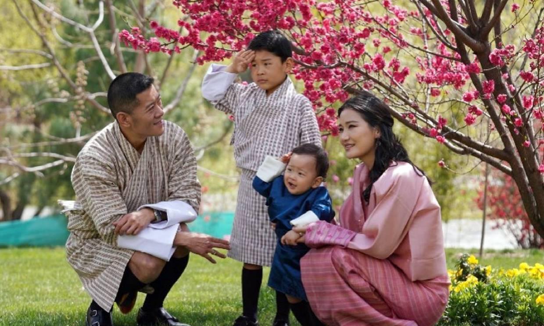 Los Reyes de Bután celebran el primer cumpleaños de su hijo pequeño con la fotos más idílicas