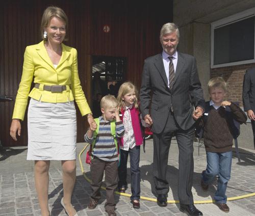 Felipe y Matilde de Bélgica acompañaron a sus tres hijos mayores en su primer día de colegio tras las vacaciones de verano