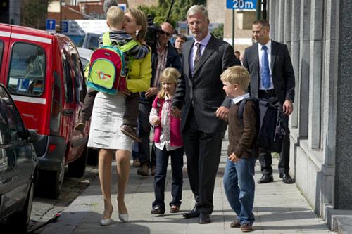 No faltó el berrinche del más pequeño, el príncipe Emmanuel, que tuvo que ser consolado por su madre a las puertas de la escuela