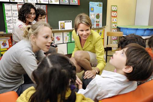 Tras dejar a sus hijos en su escuela, la princesa Matilde se dirigió al Centro Belga de Educación para Niños con Enfermedades Cerebromotoras