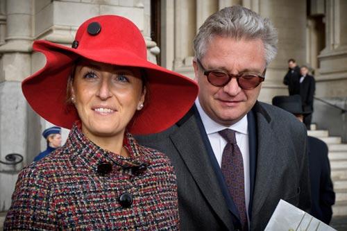 La princesa Claire media entre el rey Alberto y el príncipe Laurent de los belgas
