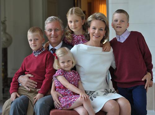 Felipe y Matilde de los belgas y sus cuatro hijos nos felicitan la Navidad
