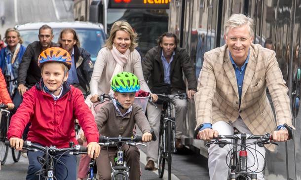 Felipe y Matilde de los belgas y sus hijos se suben a la bicicleta