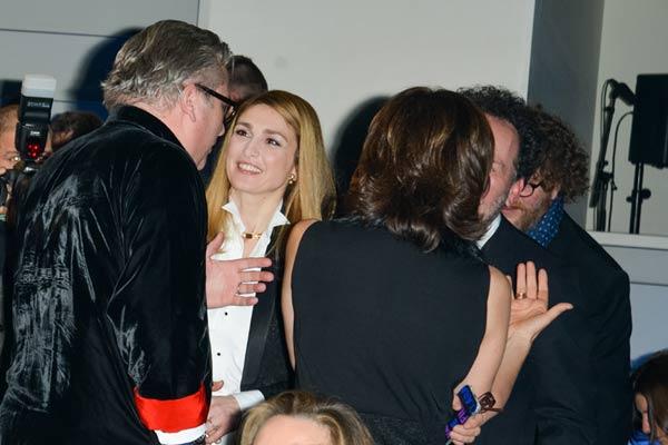 El simpático encuentro, con piropo incluido, del príncipe Laurent con Julie Gayet