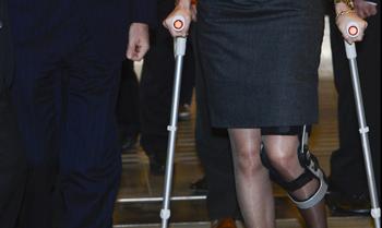 Matilde de los Belgas cumple su agenda con muletas tras una caída