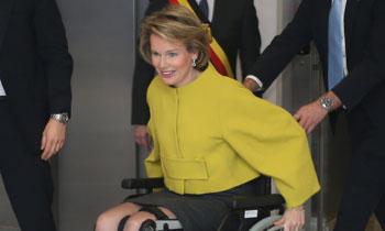 Matilde de Bélgica, una reina imparable en silla de ruedas y también con muletas