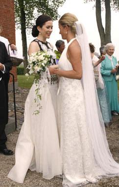 La princesa Mary, radiante en la boda de unos amigos