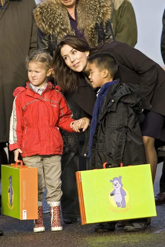 La princesa Mary y la condesa Alejandra inauguran la Navidad con los niños