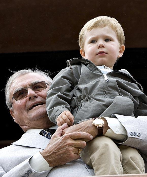 El príncipe Christian disfruta de una tarde en el zoo con su abuelo, el príncipe Henrik