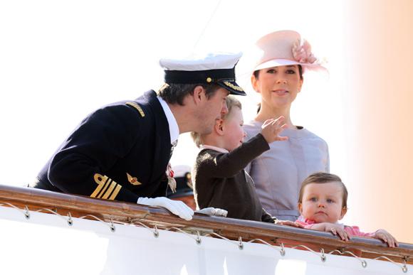 La princesa Isabella se embarca por primera vez, junto a sus padres, en un crucero por Dinamarca