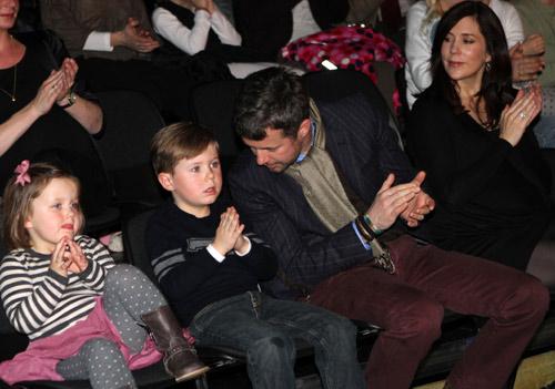 Los príncipes Federico y Mary y sus hijos asisten al estreno de la obra de ballet en la que la reina Margarita ha colaborado