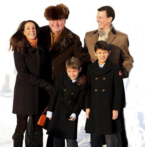 La Familia Real danesa asiste al tradicional servicio religioso de Navidad en medio de gran expectación por la próxima llegada al mundo de los gemelos de los Herederos
