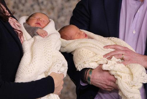 Los Príncipes han posado con ellos a la salida del hospital, Mary con el niño y Federico con la niña