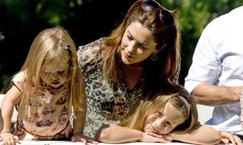 Una traviesa Josephine, la niña de los ojos de Mary de Dinamarca en el posado familiar del verano