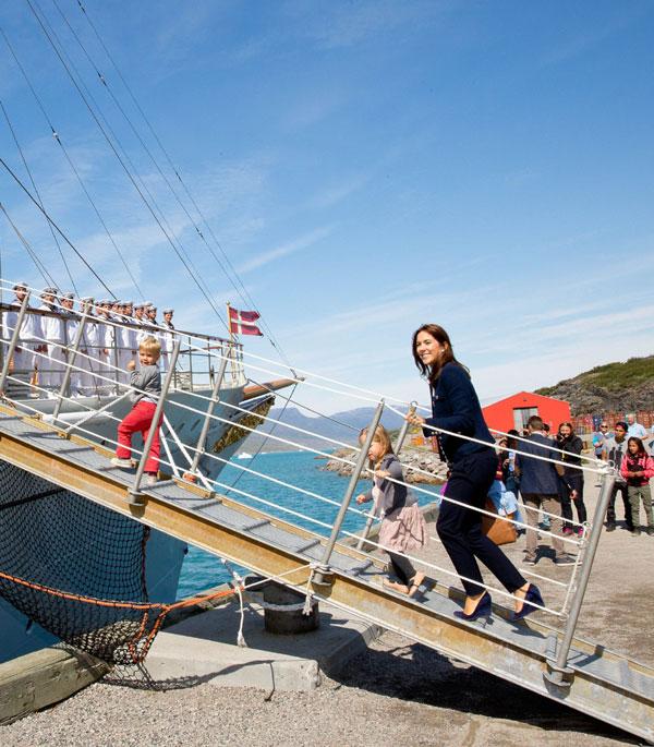 Federico y Mary de Dinamarca vuelven al trabajo y embarcan con sus hijos en el buque real para una gira oficial por Groenlandia